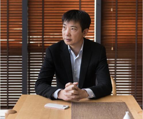 从路边摆摊到身家百亿,蔡文胜是如何做到的?